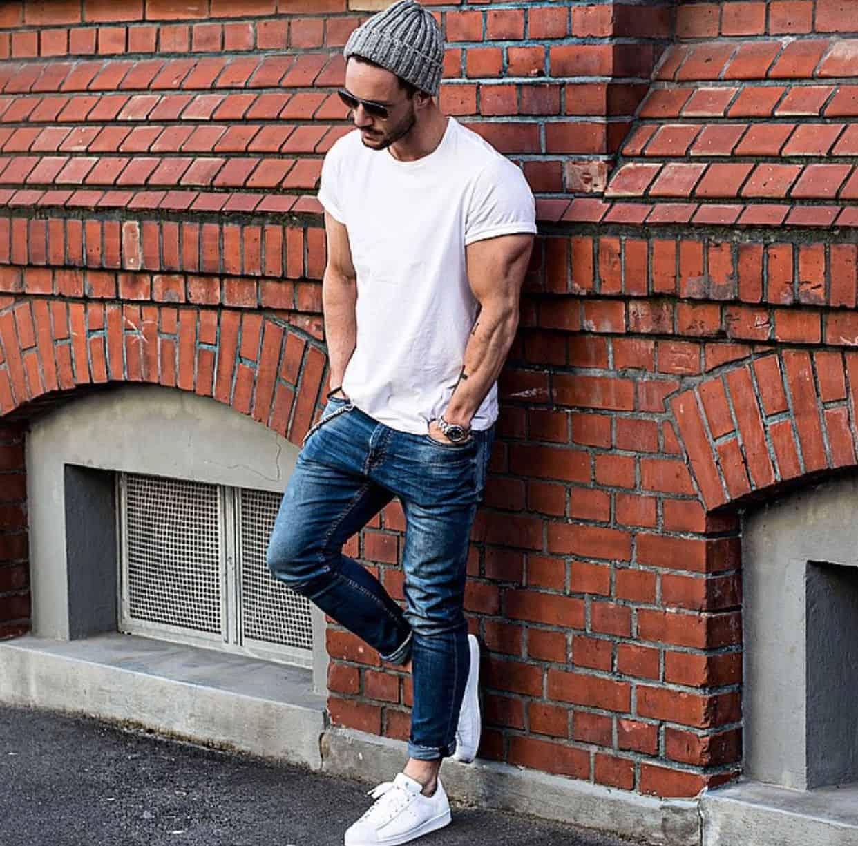 Phối Sneaker với quần jean dài và áo thun