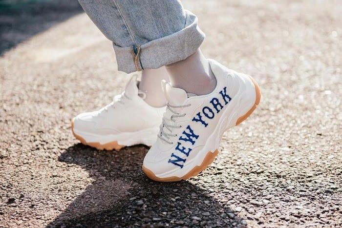 Nếu là nữ giới thì bạn hãy chọn những đôi giày cỡ 38-39