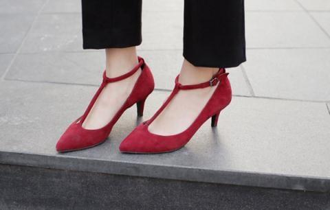 Giày có quai hình chữ T cũng là lựa chọn cho đôi chân to