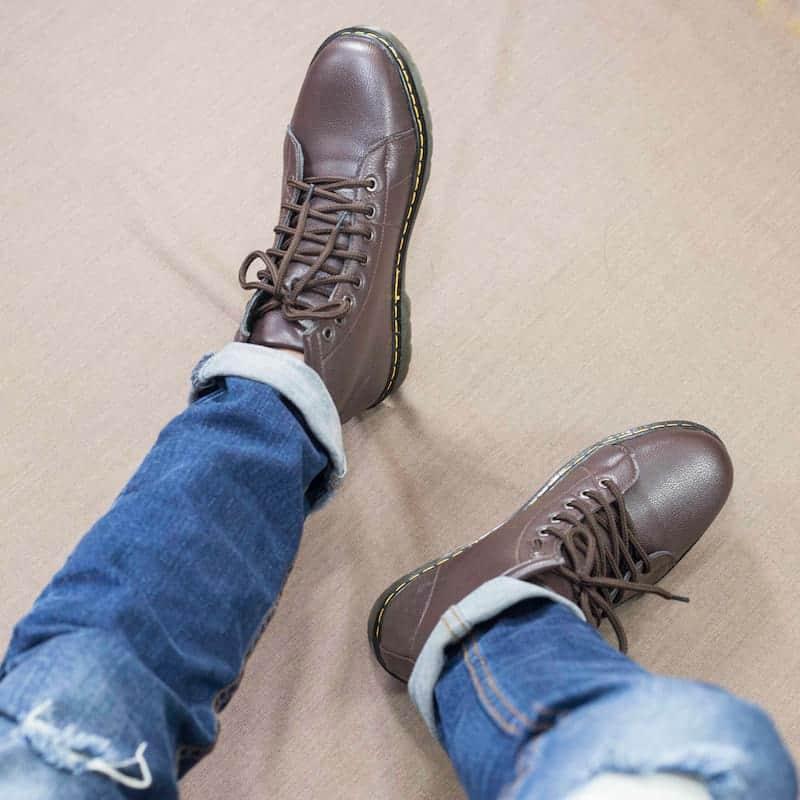 Phối cùng giày boot cao để chàng trông phá cách và cá tính
