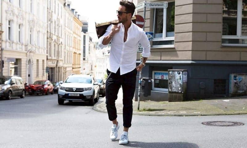 Kết hợp quần Jean áo sơ mi cùng giày Sneaker để thêm năng động, tươi trẻ