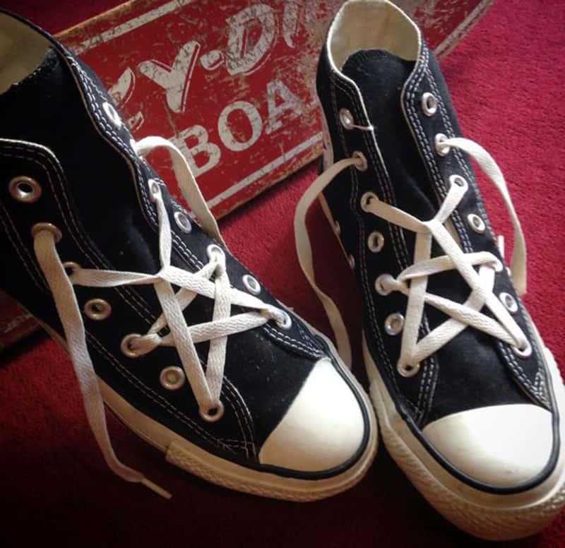 Cách buộc dây giày Converse cao cổ hình ngôi sao