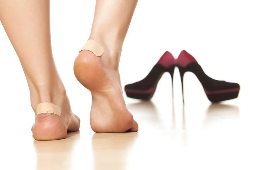Băng keo cá nhân không chỉ giải quyết tình trạng tuột gót mà còn bảo vệ gót chân