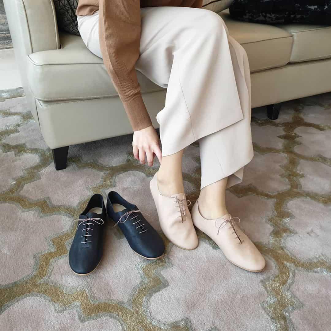 F5 bản thân với quần ống suông, giày Oxford
