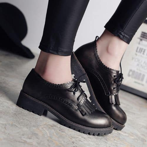 Phối quần jeans với giày Oxford nữ