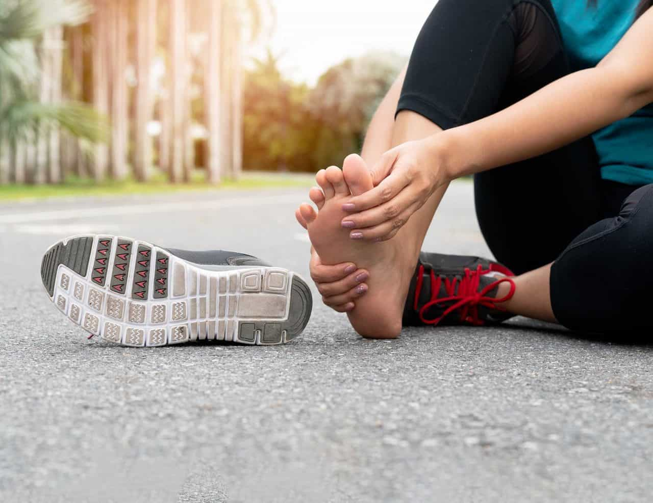 Kiểu dáng giày không hợp với chân gây đau nhức ngón chân