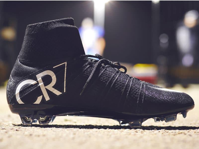 Đôi giày cr7 của Ronaldo giá bao nhiêu