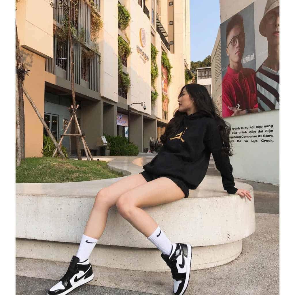 Phối giày Jordan cổ thấp cùng áo Hoodie hay Sweater vào những ngày se lạnh