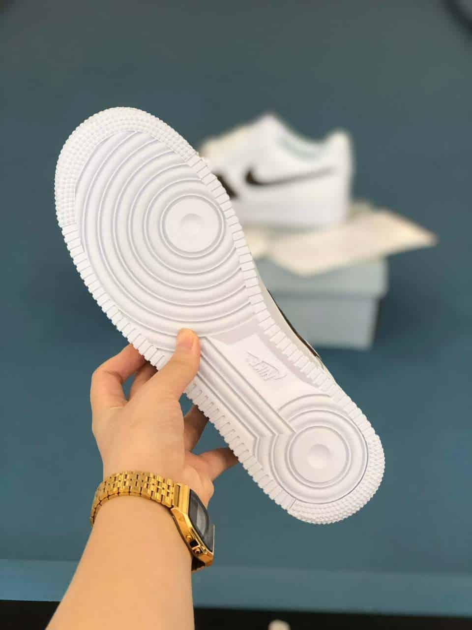 Đế giày làm từ cao su nguyên khối êm ái, có khả năng đàn hồi tốt