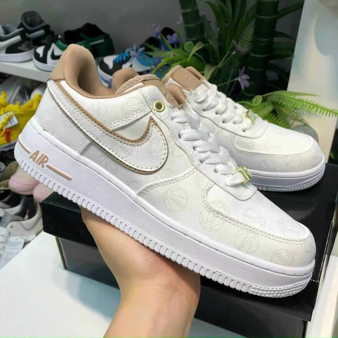 Có nhiều sự lựa chọn khi phối tất với giày trắng
