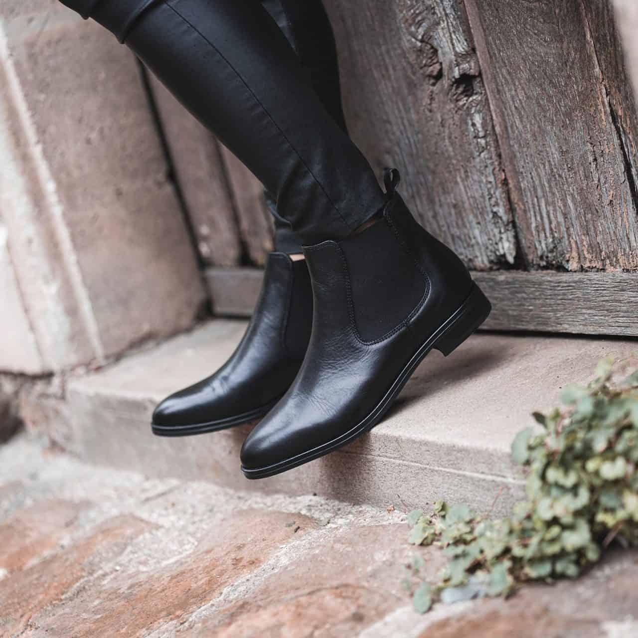 Chelsea Boots là đôi giày kinh điển khi kết hợp với quần tây áo sơ mi
