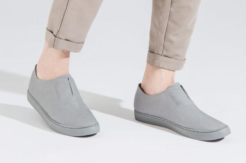 Giày màu xám giúp mang lại sự trẻ trung cho các chàng trai