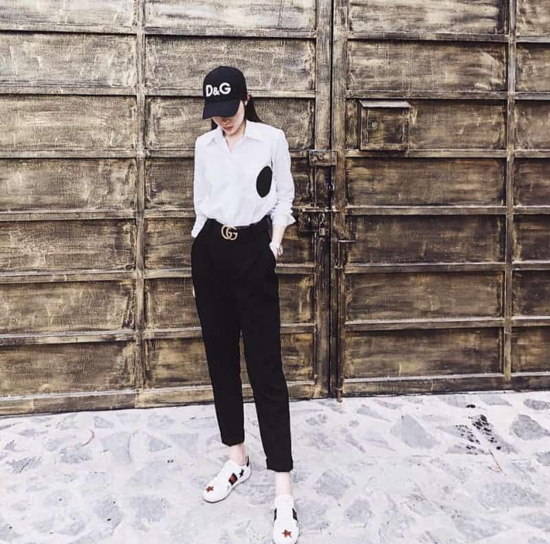 Quần vải mang với giày sneaker