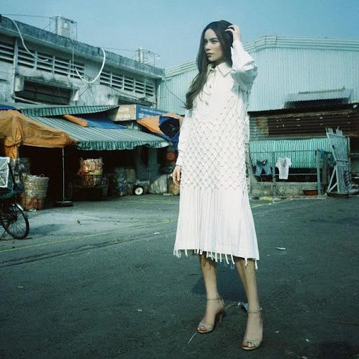 Mặc đầm trắng mang giày cao gót mũi nhọn