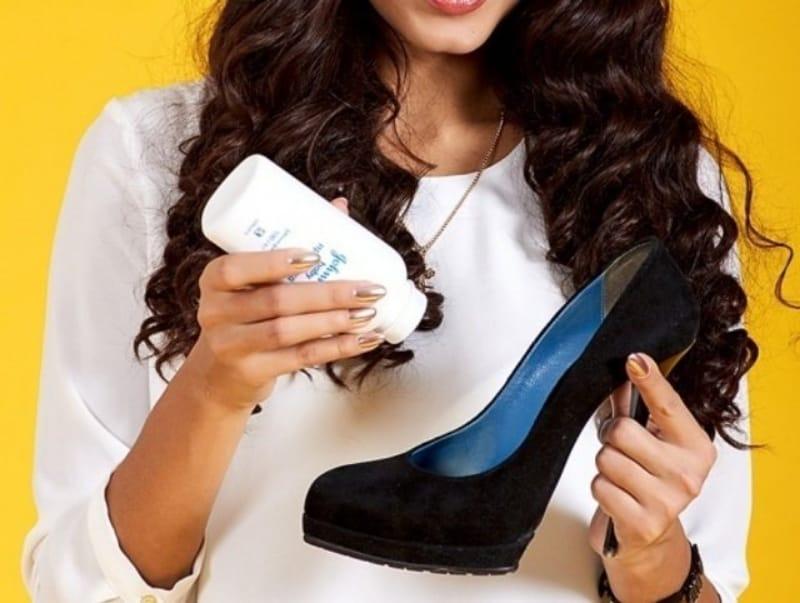 Mẹo mang giày cao gót không đau chân đầu tiên đó là sử dụng phấn rôm