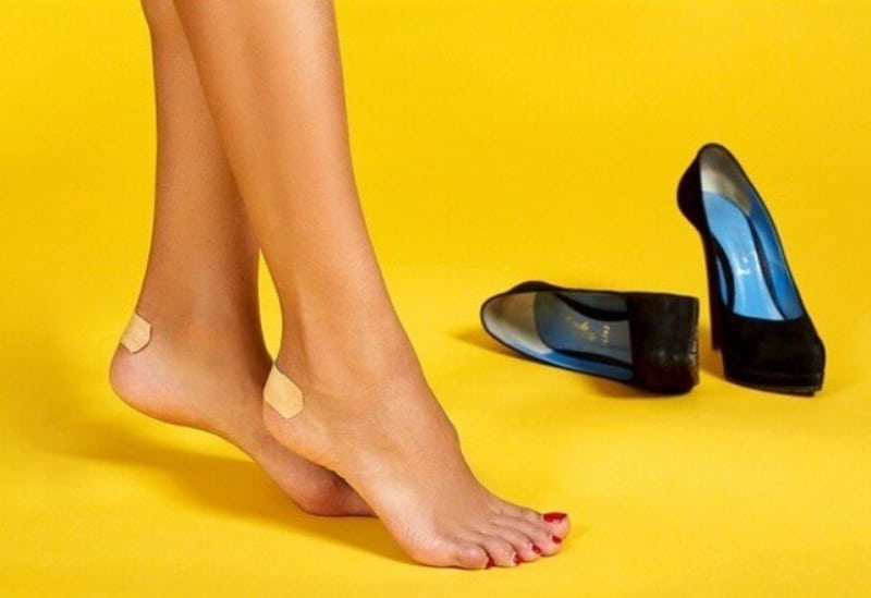 Dùng băng dán cá nhân là cách hiệu quả và tiện lợi để giảm đau mũi chân