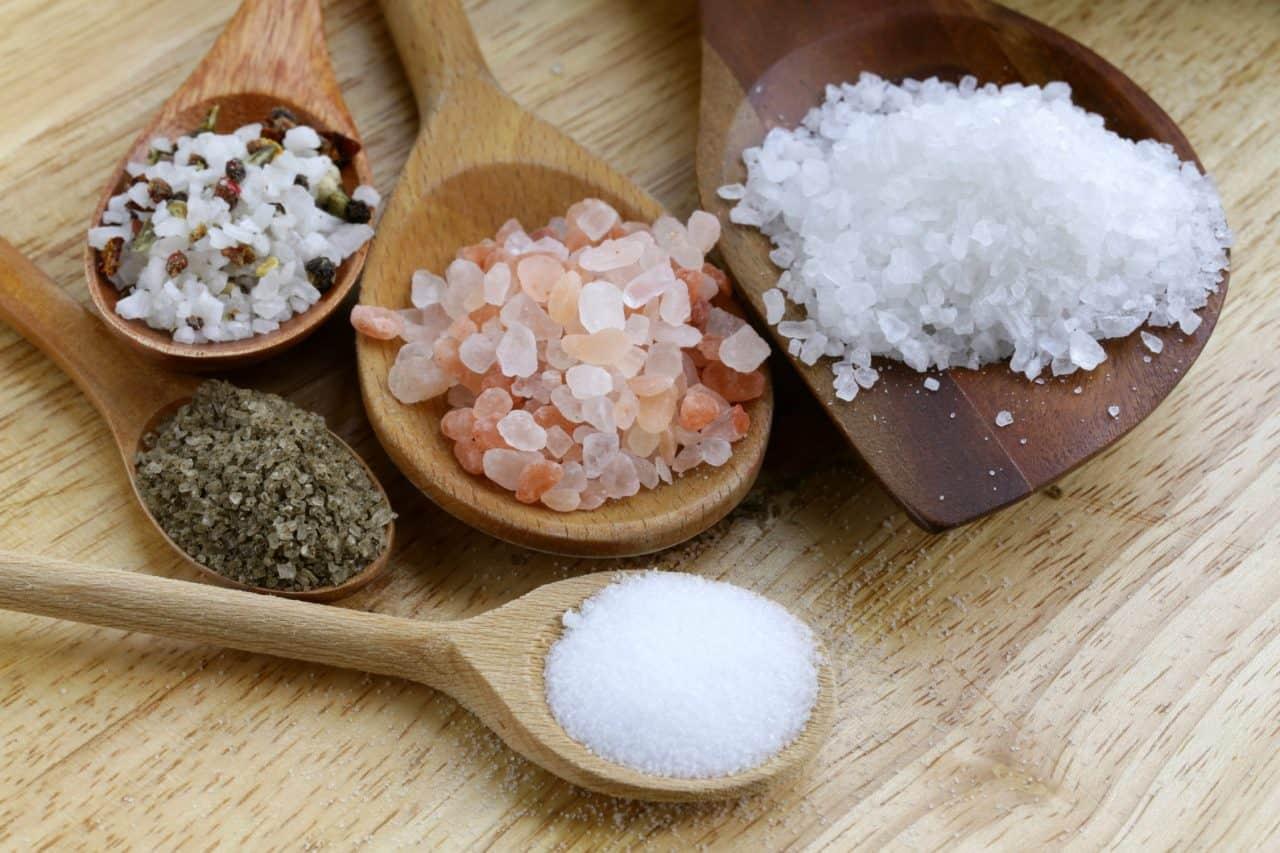Muối có thể hút ẩm, loại bỏ mùi hôi