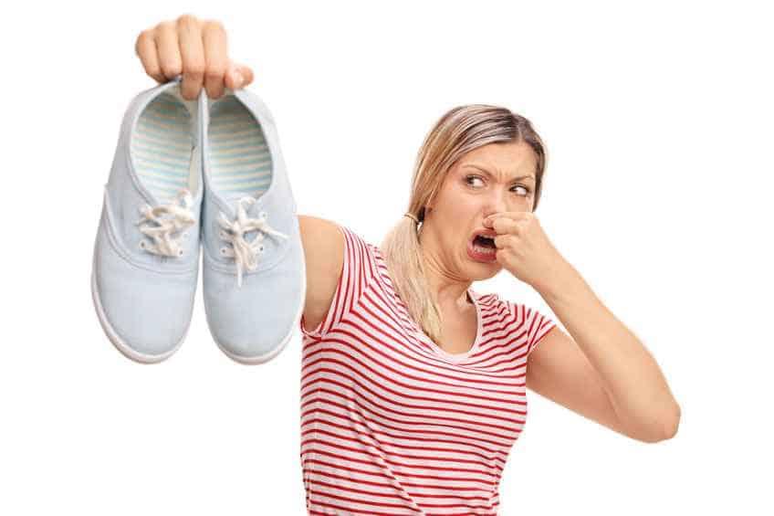 Việc chân bị bốc mùi sẽ khiến bạn tự ti trong nhiều hoàn cảnh