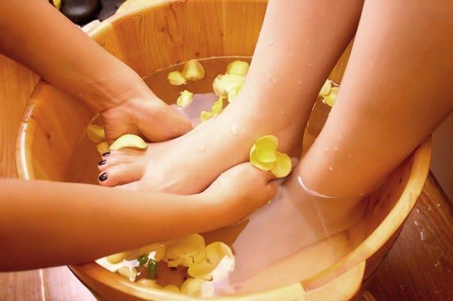 Ngâm chân bằng gừng và nước muối còn giúp bạn được thư giãn