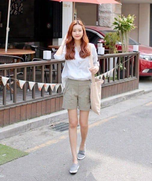 Phối giày lười nữ với quần short rất mới lạ và cuốn hút