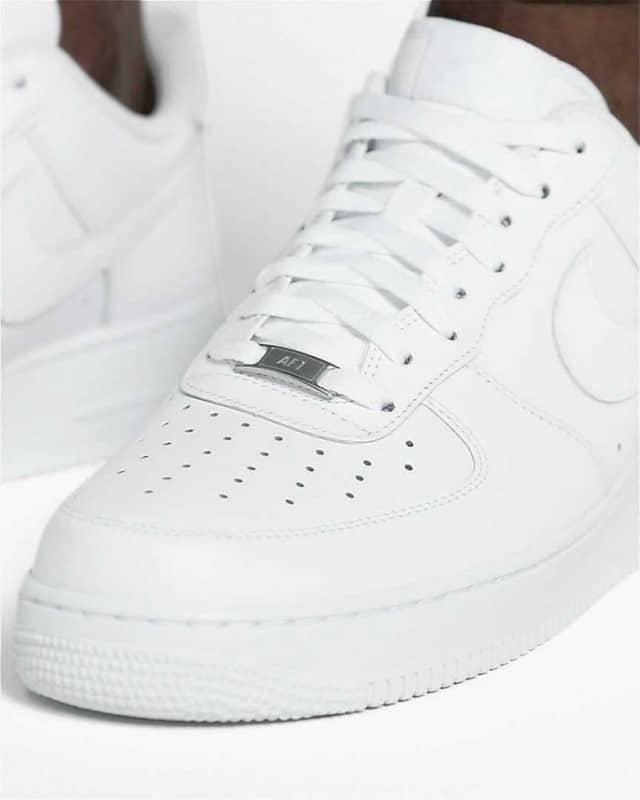 Những đường chỉ may ở giày Nike chính hãng rất đều và tinh tế
