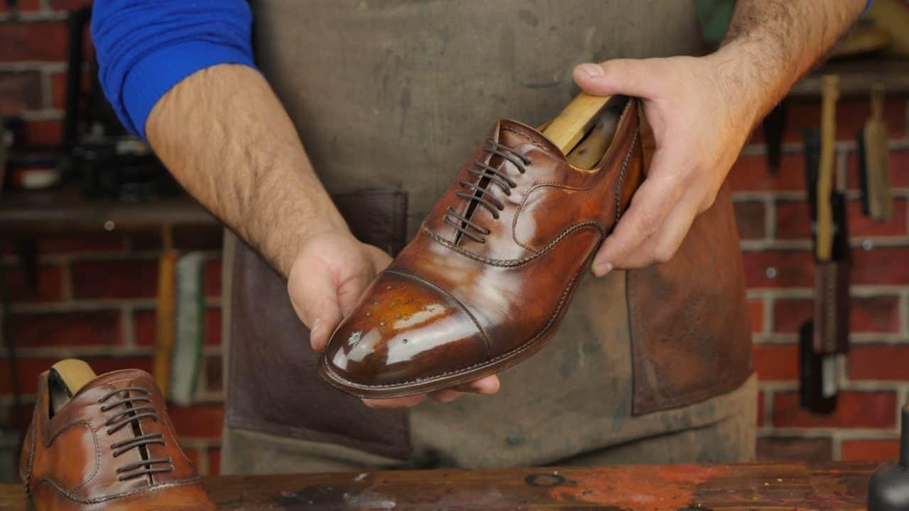 Đôi giày cần được đánh bóng và kiểm tra trước khi đưa ra thị trường