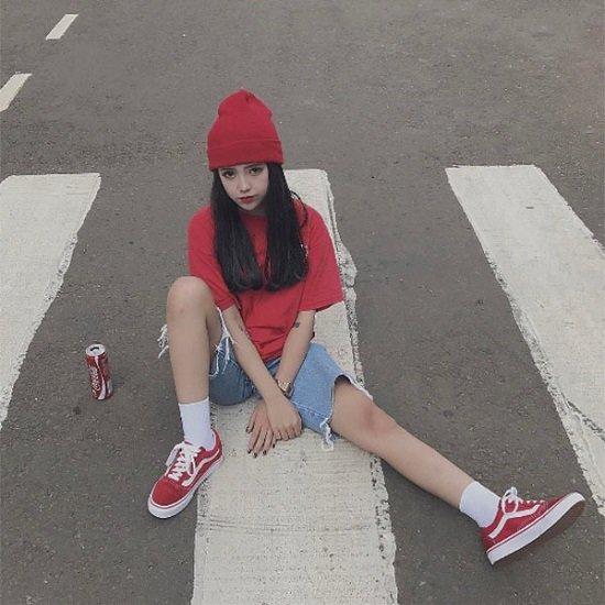 Phối giày sneaker màu đỏ với quần short