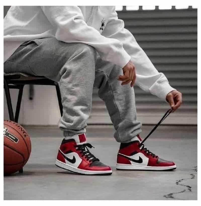 Phối đồ với giày sneaker màu đỏ