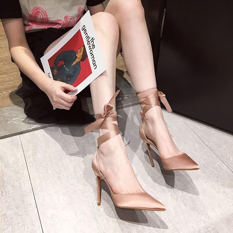 Mê mẩn với vẻ đẹp của giày cao gót buộc dây mũi nhọn
