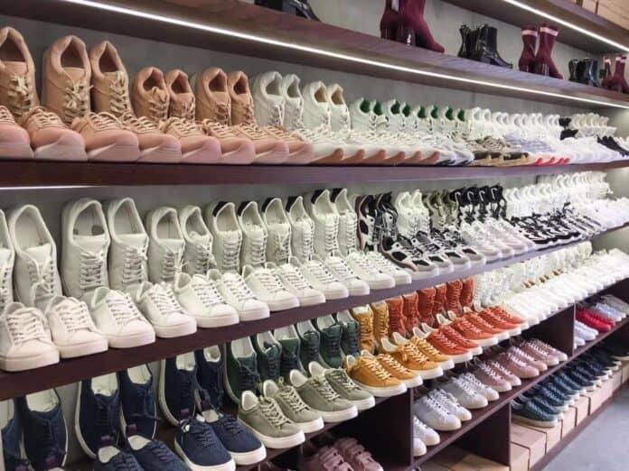 Giày sneaker trắng là sự lựa chọn phù hợp cho mọi lứa tuổi