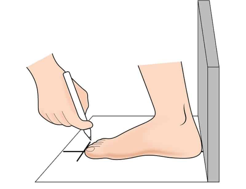 Tư thế đo chân chuẩn cần đứng thẳng và đặt chân lên giấy hoặc mặt phẳng