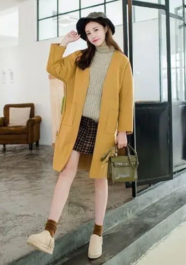 Chân váy, áo len cổ lọ và giày thể thao cũng là set đồ cực xinh cho nàng diện Tết