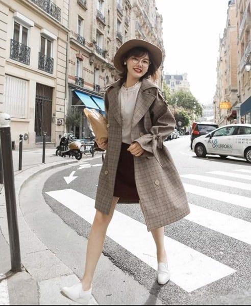 Xinh đẹp, năng động hơn với váy len, giày thể thao và áo khoác dài màu trung tính