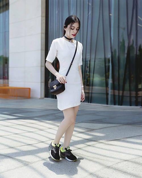 Làm mới bản thân bằng cách phối giày thể thao cùng váy đầm