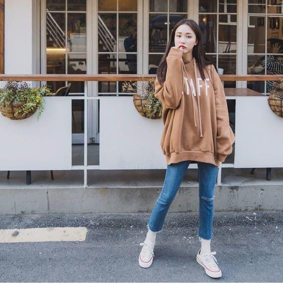 Giày sneaker kết hợp với áo hoodie là set đồ hoàn hảo được bạn trẻ yêu thích