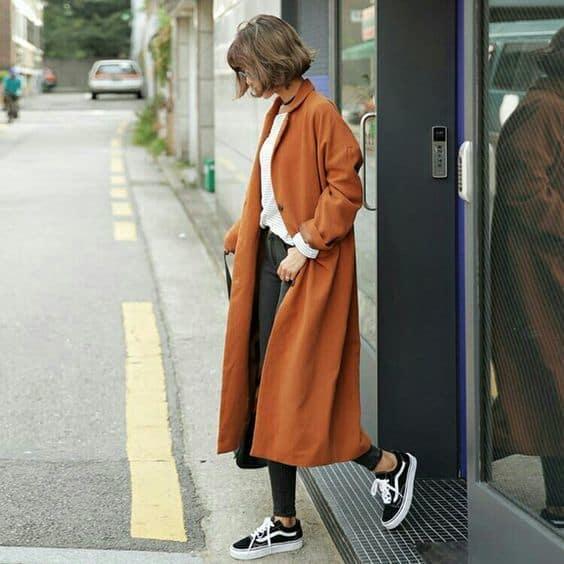 Thời trang ấn tượng khi kết hợp áo khoác dạ dáng dài với giày sneaker
