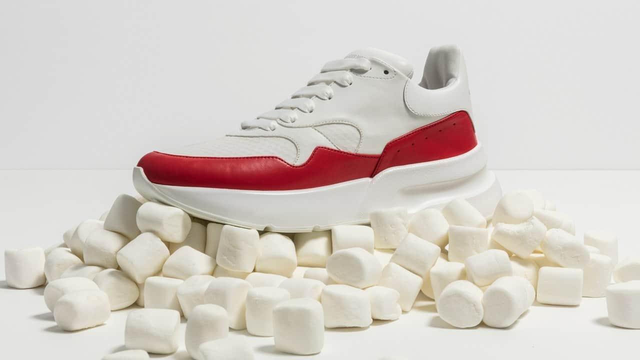Giày Alexander McQueen Oversized Runner có thiết kế ấn tượng bởi sự đồ sộ, hầm hố