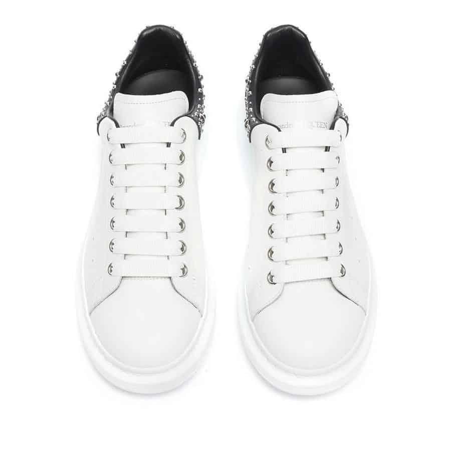 Giày được gia công tỉ mỉ và tạo điểm nhấn với chất liệu da Bê bền bỉ