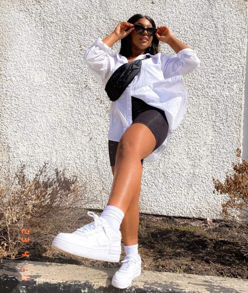 Mặc áo sơ mi đi cùng giày Nike năng động