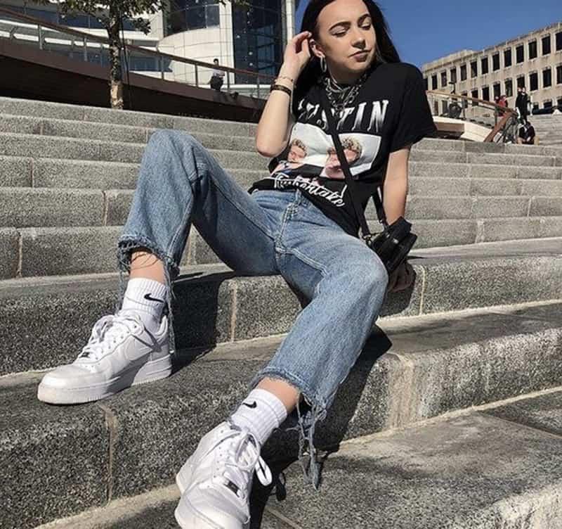 Phối áo thun với giày Nike cá tính