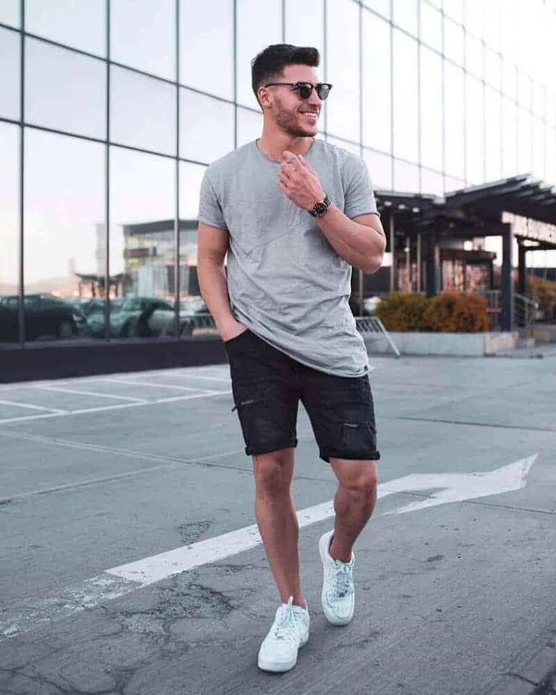 Phối quần sooc đơn giản cùng sneaker