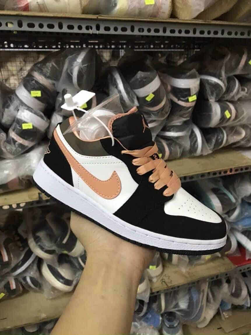 Jordan 1 Low Peach Mocha Rep 1:1 có màu đen trắng kết hợp rất ăn ý