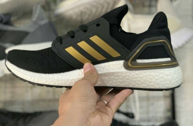 Mẫu giày Ultra Boost đen vàng đang được rất nhiều bạn trẻ yêu thích