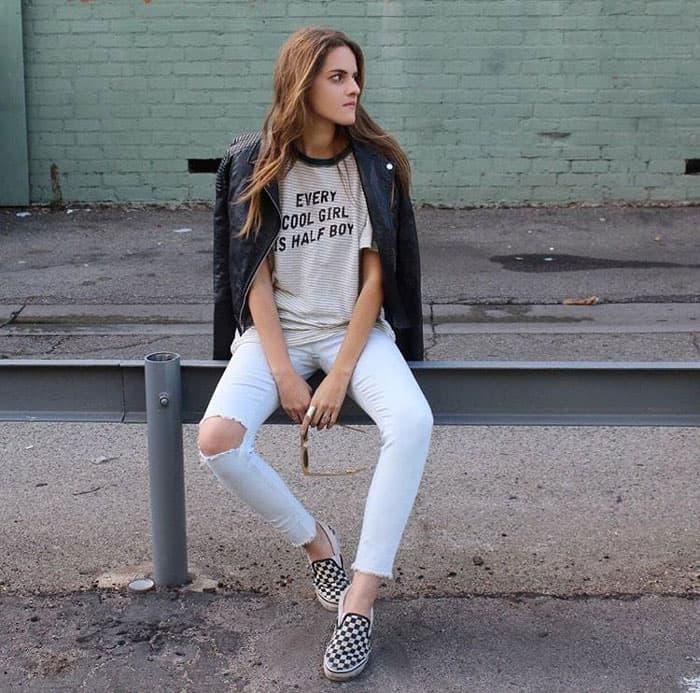Giày Vans caro kết hợp quần jeans rách tạo phong cách trẻ trung, năng động