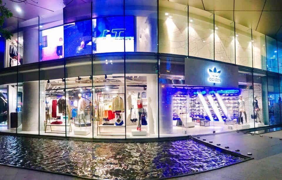 Adidas BITEXCO cực kỳ nổi bật khi đặt tại mặt tiền tầng 1 của Tòa nhà Bitexco