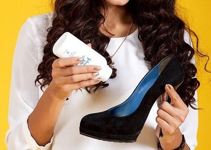 Dùng phấn rôm cho vào giày cao gót