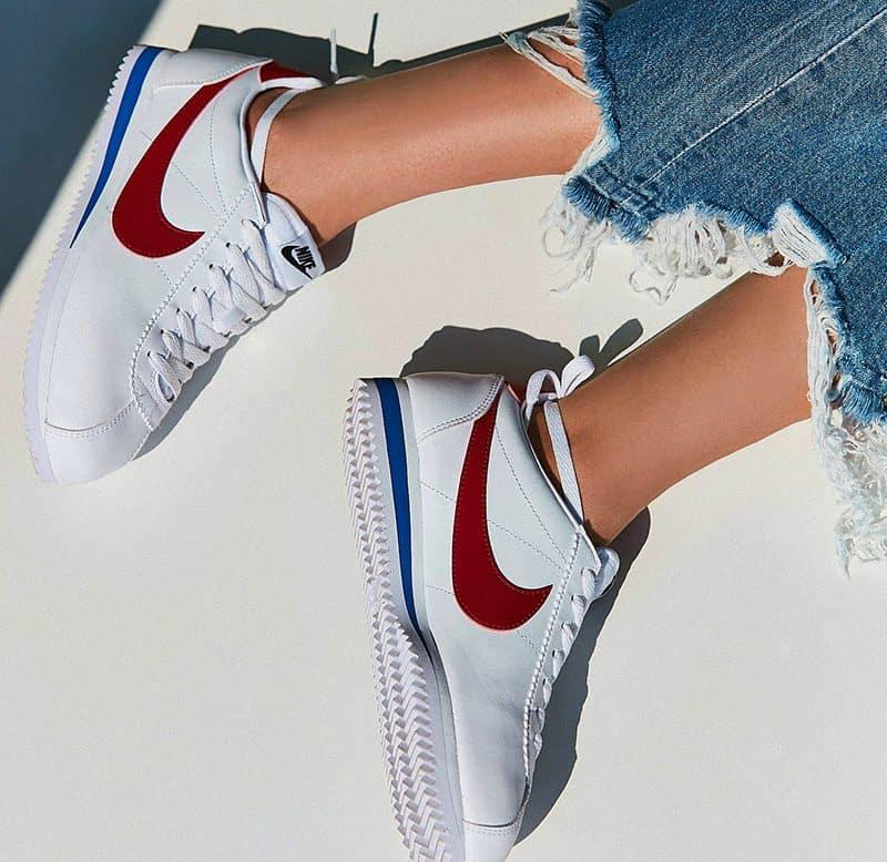 Đôi giày nữ trắng trẻ trung từ thương hiệu Nike
